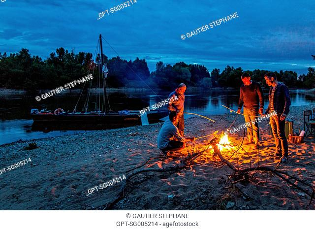 BIVOUAC ON A TOUE, A FLAT-BOTTOMED BARGE OF THE LOIRE ON AN ISLAND NEAR CHAUMONT SUR LOIRE, LOIR ET CHER, (41), CENTRE VAL DE LOIRE REGION, FRANCE