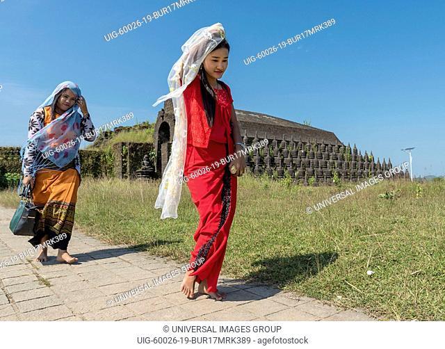 Visitors at Koe Thaung, Kothaung Pagoda, Mrauk U, Burma, Myanmar