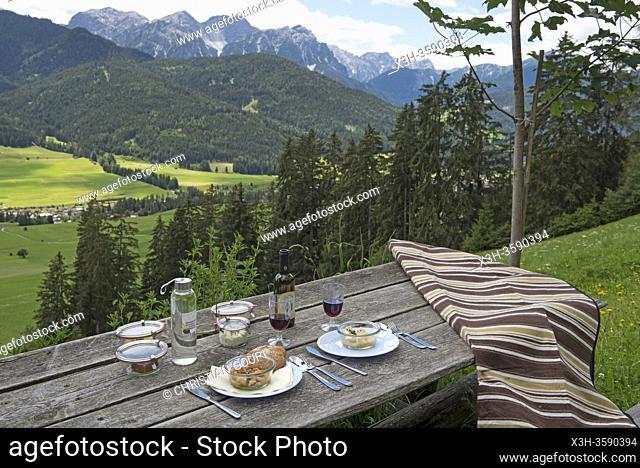 pique-nique prepare par le chef etoile Chris Oberhammer du Restaurant Tilia a Dobbiaco, dispose sur une table dans un pre au-dessus du hameau Santa-Maria