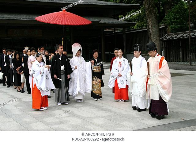 Pair in traditional japanese wedding dress with priests and guests, Meijin Shrine, Tokyo, Japan, Bride and Groom, priest
