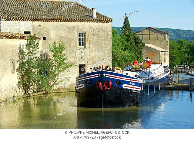 France, Languedoc-Roussillon, Aude 11, Canal du Midi, lock of Trebes, barge hotel Alegria