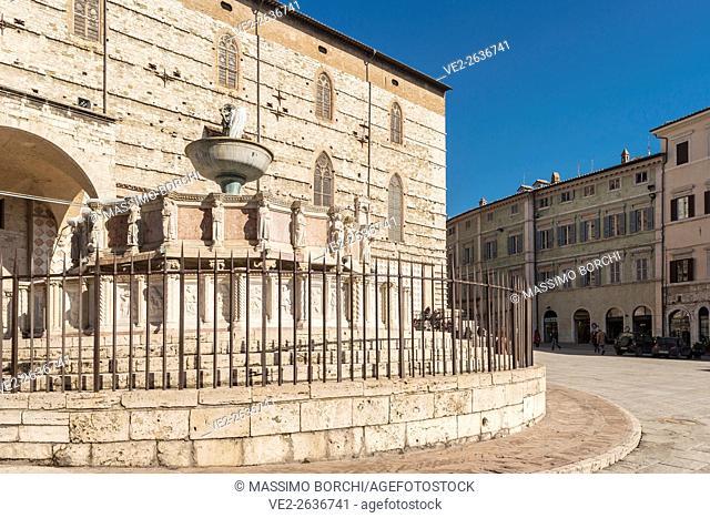 Italy, Umbria, Perugia . Piazza (square) IV Novembre. The Fontana (fountain) Maggiore and the Cattedrale (cathedral) di San Lorenzo