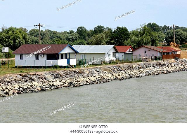Donaulandschaft bei Maliuc am Sulinaarm, Haeusergruppe La Nea Paul am Donauufer, Wohnhaeuser, Holzhaeuser, Huetten, Donaudamm, Hochwasserschutz, Waldgebiet