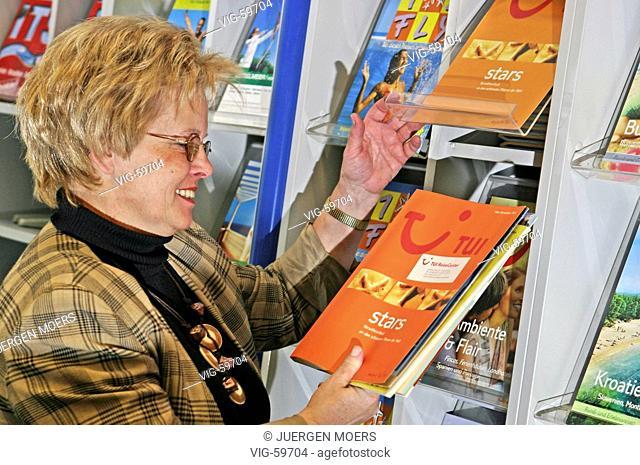 Employee / customer in a travel agency (posed). - DORSTEN, GERMANY, 06/04/2004