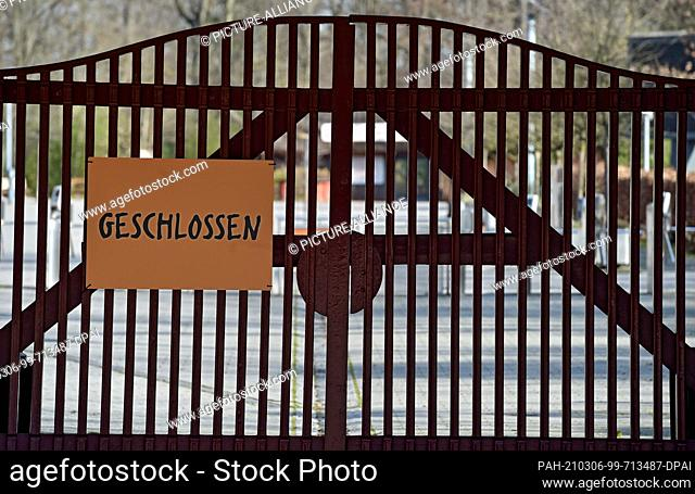 """06 March 2021, North Rhine-Westphalia, Gelsenkirchen: A """"""""closed"""""""" sign hangs on the entrance gate of the """"""""Zoom Erlebniswelt"""""""" zoo"""