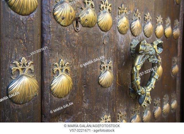 Traditional wooden door and knocker. Villanueva de los Infantes, Ciudad Real province, Castilla La Mancha, Spain