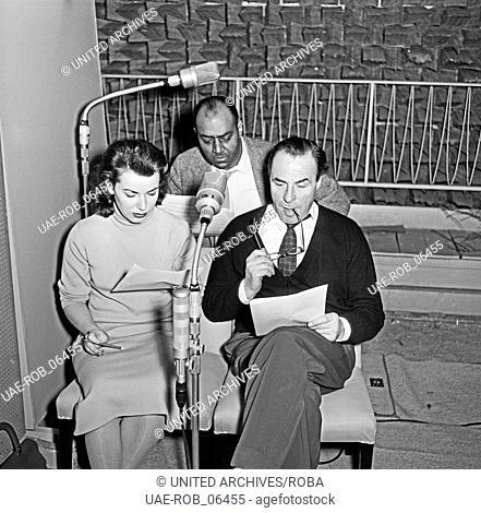 """Sprecher bei der NDR Hörspielproduktion """"""""Die Festung"""""""", Hamburg 1956. Speakers recording the audio play """"""""Die Festung"""""""""""