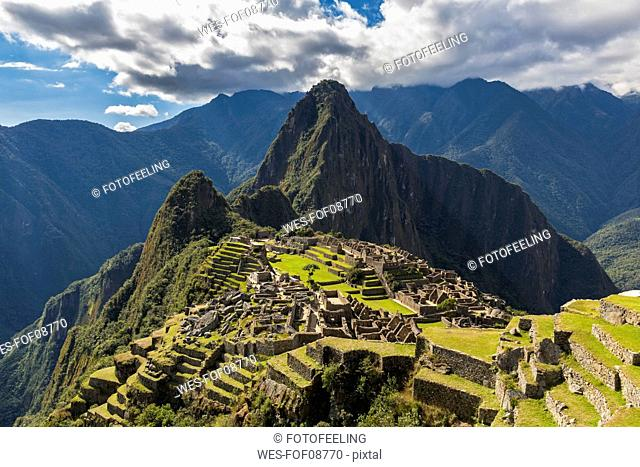Peru, Andes, Urubamba Valley, Machu Picchu with mountain Huayna Picchu
