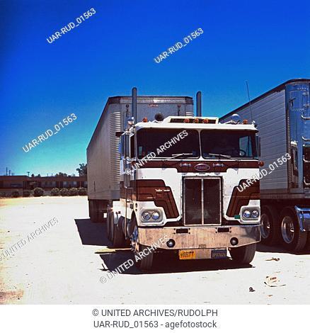 Parkende Trucks auf dem Weg nach Carson City, Nevada, USA 1980er Jahre. Parking trucks on their way to Carson City, Nevada, US 1980s