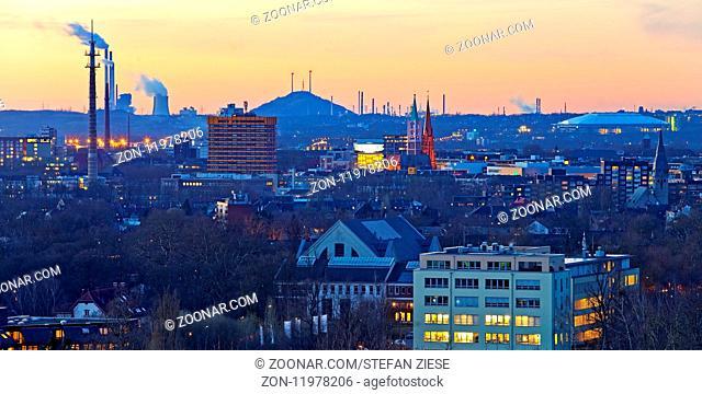 Blick ueber Gelsenkirchen am Abend, Ruhrgebiet, Nordrhein-Westfalen, Deutschland, Europa