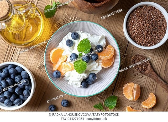 Cottage cheese and flax seed oil with fresh fruit