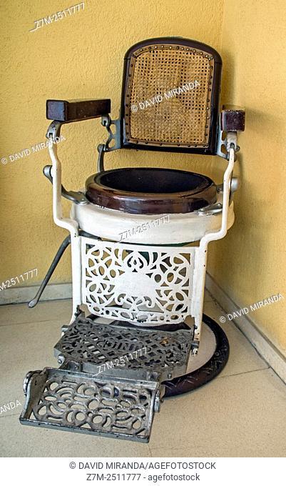 Antigua silla de peluquería. Madrid. España