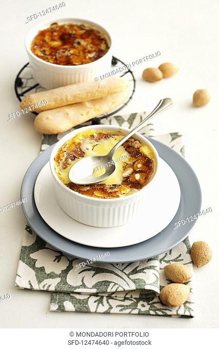 Crème brûlée with currant and almonds