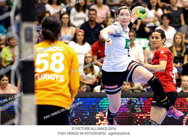 02 June 2018, Germany, Gummersbach: Handball, women's euro qualifier, Germany vs Turkey at the Schwalbe-Arena. Germany's Marlene Zapf (c) throws for the goal of...