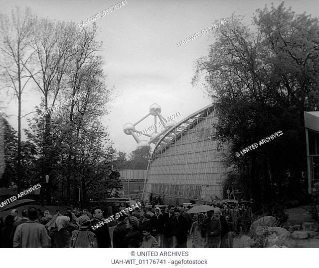 Der Pavillon von Frankreich auf der Expo Weltausstellung 1958 in Brüssel, davor Besucher