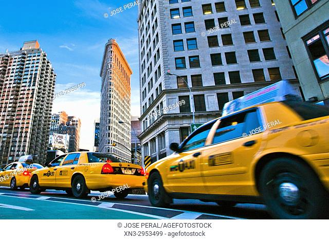 Taxis on background Flatiron Building, Brodway and Fifth Avenue, Midtown, Manhattan, New York, New York City, USA