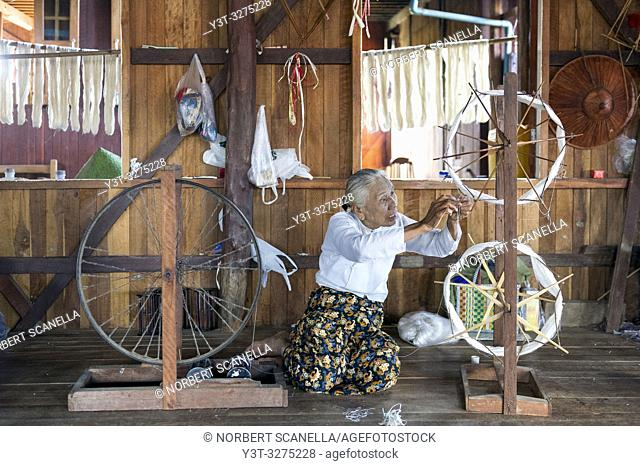 Myanmar (ex Birmanie). Inle lake. Shan state. The Intha, an ethnic group of Inle Lake, live in about 40 lake villages around the lake. Weaving work