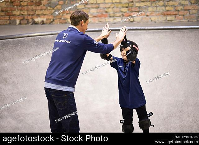 Tony Hawk (Laureus Academy Member, l.) Claps with a child. Laureus Sport for Good Skateboarding Event. GES / Laureus World Sports Awards 2020, Berlin