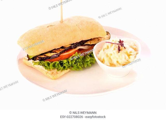 Vegetarischer veganer Hamburger mit Aubergine Tomate und Salat in einem Ciabattabrötchen