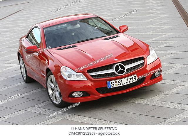 Mercedes 500 SL, model year 2008-, red, standing, upholding, diagonal from the front, frontal view, City, closed top