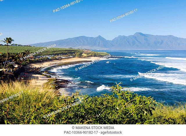 Hawaii, Maui, Ho'okipa, Beautiful sunny day at Ho'okipa Beach Park with view of West Maui Mountains