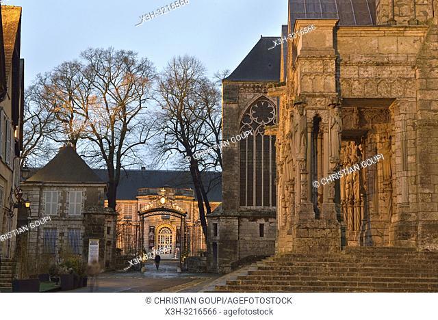 portail Nord de la Cathedrale Notre-Dame de Chartres et entree des jardins de l'ancien palais episcopal, aujourd'hui Musee des Beaux-Arts,Eure et Loir