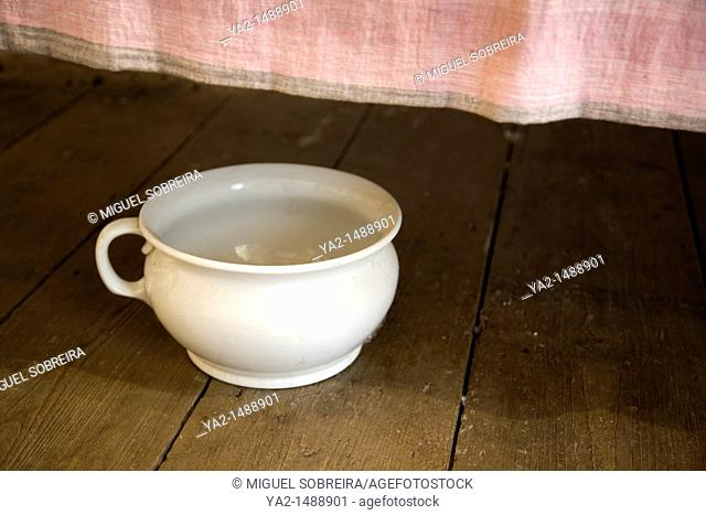 Chamber Pot under bed at Rochester Almshouse