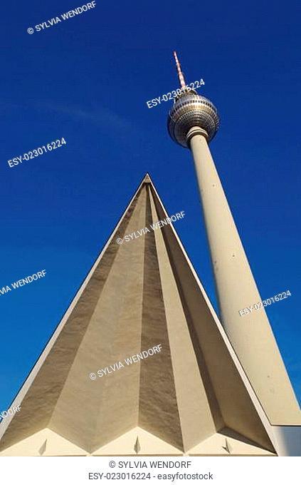 fernsehturm auf dem alexanderplatz in berlin