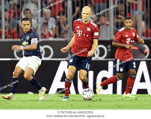 05 August 2018, Germany, Munich: Soccer: Test matches, FC Bayern Munich vs Manchester United in the Allianz Arena. Arjen Robben (C) of FC Bayern Munich and...