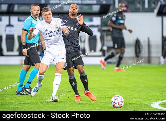 Toni KROOS (li., REAL) versus Alassane PLEA (MG), action, duels, football Champions League, group stage, group B, matchday 2
