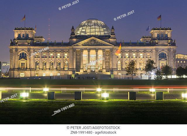 Reichstag building in the evening, Mitte (Tiergarten) district, Berlin, Germany, Europe