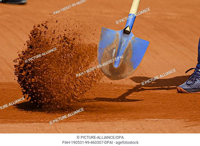 31 May 2019, France (France), Paris: Tennis: Grand Slam/ATP-Tour, French Open, singles, men, 3rd round, Federer (Switzerland) - Ruud (Norway): Sand is shoveled...