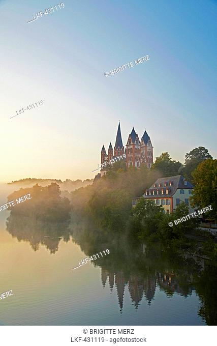 View from the Alte Lahnbruecke bridge across the river Lahn to Limburg cathedral in the early morning, St. Georgs Cathedral, Limburg, Westerwald, Hesse, Germany