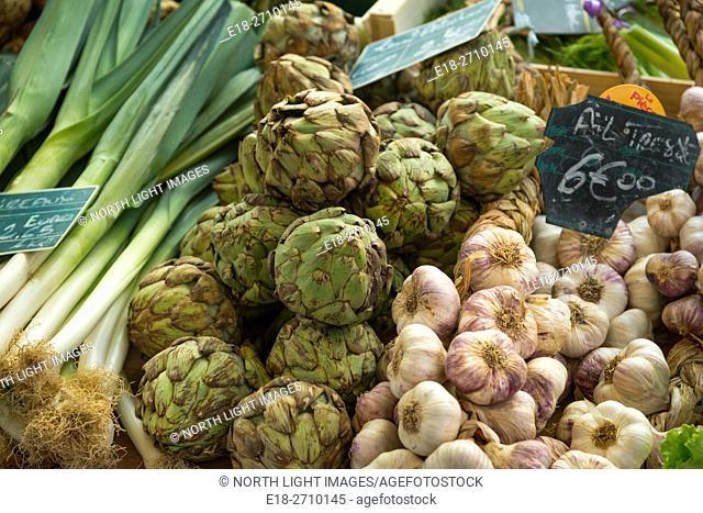 France, Midi-Pyrénées, Sarlat-la-Caneda. Leeks, Artichokes and garlic for sale in outdoor vegetable market
