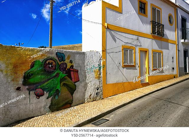 Europe, Portugal, Algarve, Faro district, Lagos, old town, Rua da Atalaia, street scene with funny mural and unusually narrow house