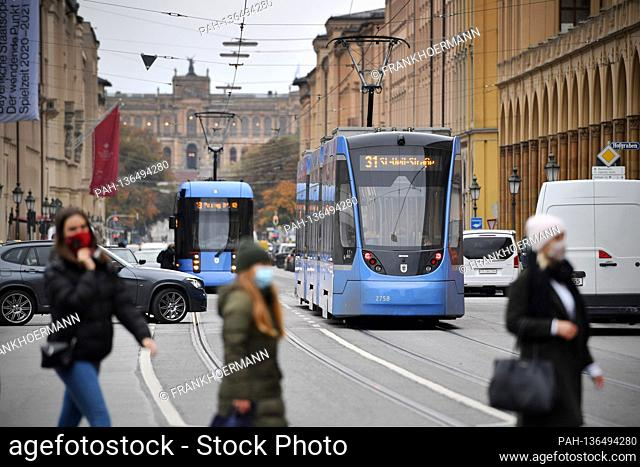 Topic picture Mobility in big cities On Maximilianstrasse trams, trams, trams, cars, van pedestrians cross the wide street