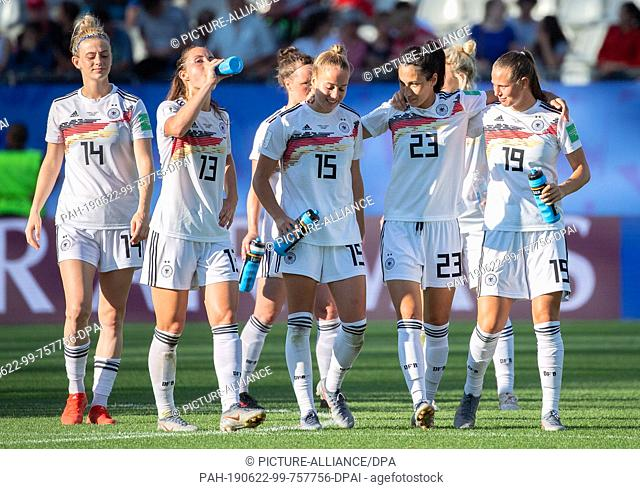 22 June 2019, France (France), Grenoble: Football, women: WM, Germany - Nigeria final round, round of sixteen, Stades des Alpes: Germany players with Johanna...