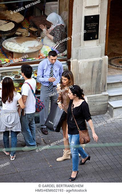 Turkey, Istanbul, Beyoglu, Taksim district, cafes, bars and restaurants in the narrow streets around Istiklal Caddesi