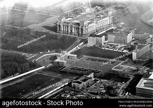 21 March 1987, Berlin: During a sightseeing flight over Berlin, the Berlin Wall can be seen as a white band around the Brandenburg Gate