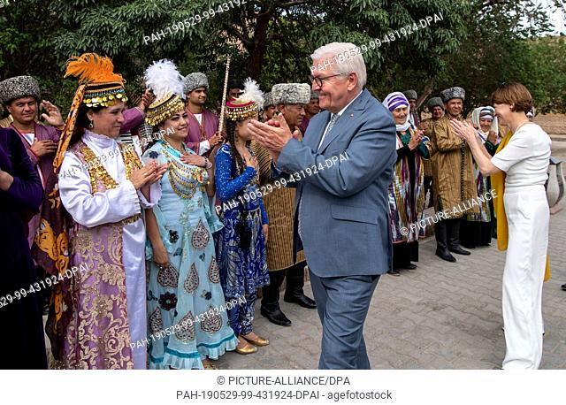 29 May 2019, Uzbekistan, Chiwa: Federal President Frank-Walter Steinmeier and his wife Elke Büdenbender are guided through the old town of Chiwa and thank a...