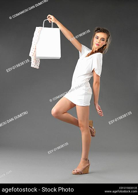 fashionable young woman holding a shoppping bag