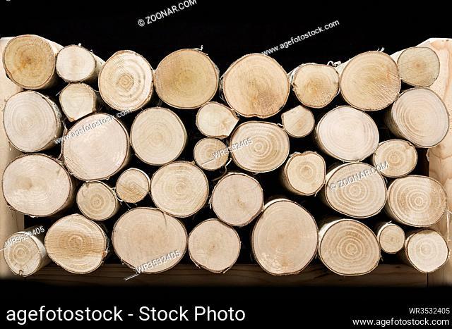 Birkenholz, Stapel auf schwarzem Hintergrund