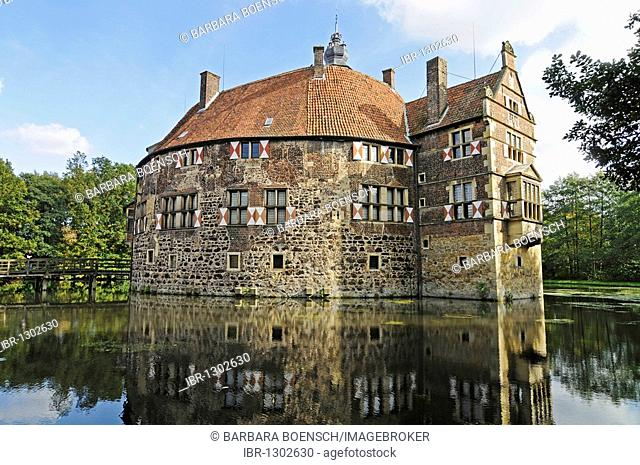 Wasserburg Vischering, a moated castle reflected in its moat, Muensterland Museum, Luedinghausen, Coesfeld, Muensterland, North Rhine-Westphalia, Germany