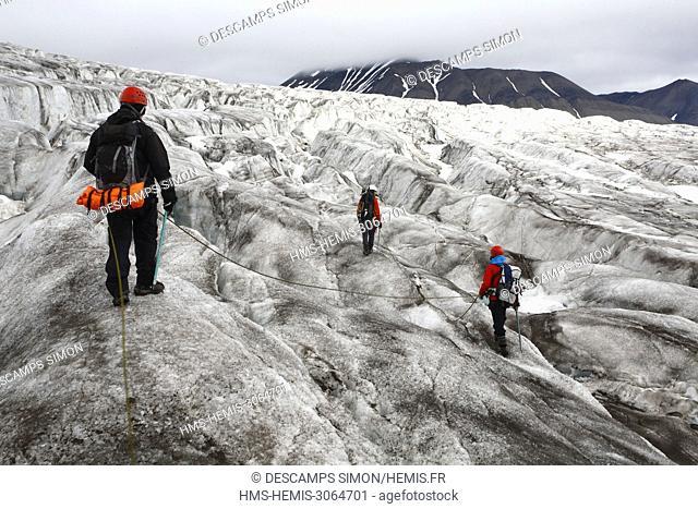 Norway, Svalbard, Spitzberg island, Ymer bay (Ymerbukta), hikers walking on Esmark glacier