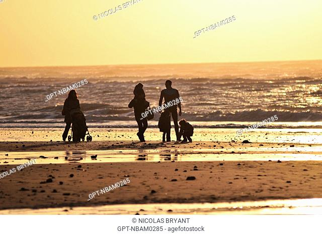 FAMILY ON THE BEACH WITH A KITESURFER AT SUNSET, CAYEUX-SUR-MER, BAY OF SOMME, SOMME 80, FRANCE
