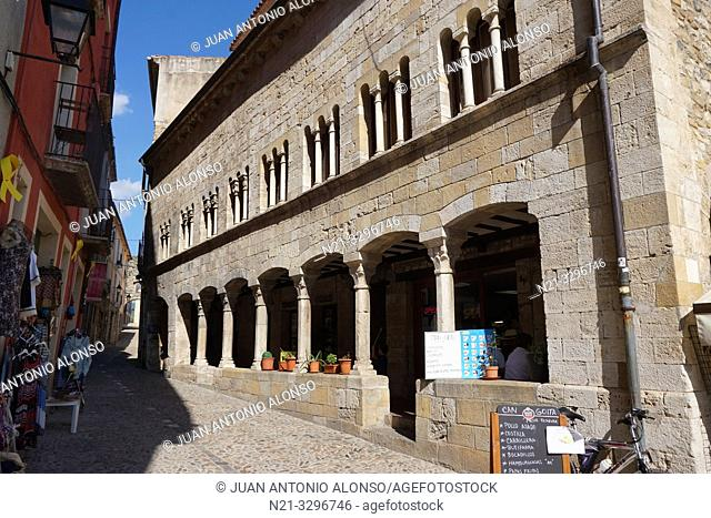 Can Figueres, arches on Bernat Tallaferro Street. Medieval town of Besalú, La Garrotxa, Province of Girona, Catalonia, Spain, Europe