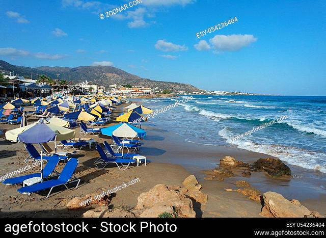 Strand mit Sonnenschirmen und Liegen, Kreta