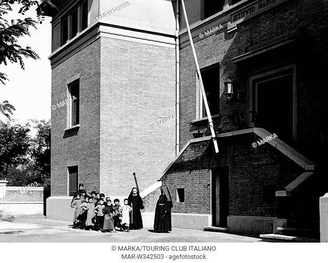 asia, cina, alunni cinesi di una scuola italiana a tientsin, 1930-40 // Chinese students of an Italian school in Tianjin, china, asia, 1930-40