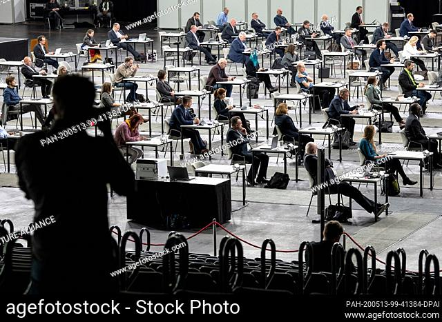 13 May 2020, Bremen: Members of the Bremen citizenry sit at a safe distance in the Stadthalle. In view of the burdens of the Corona crisis