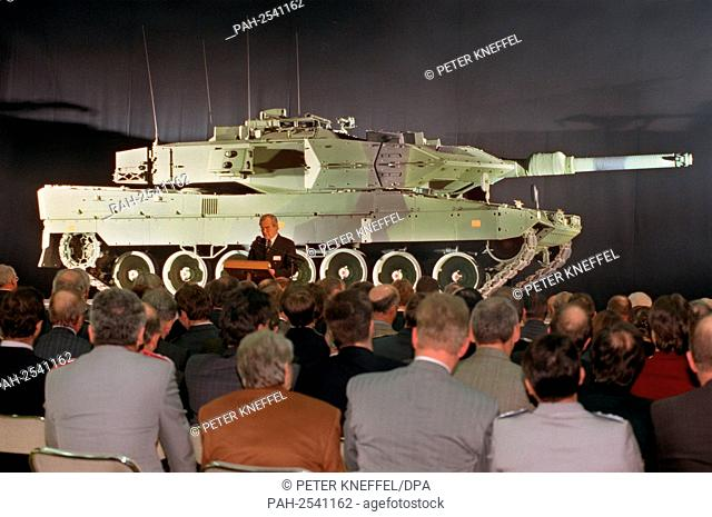 "The first of a total of 120 """"Leopard 2 MBT 122"""" battle tanks will be handed over to the Swedish army on 19.12.1996 on the Krauss-Maffei site in Allach near..."